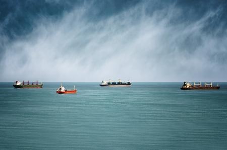 Lading schepen in zee over blauwe lucht