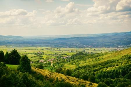 Natürliche Landschaft mit Feldern und Wäldern über bewölkten Himmel