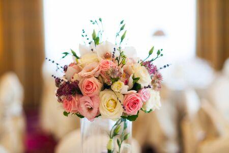 flores color pastel: El pastel florece el arreglo sobre un soporte de vidrio para un evento especial