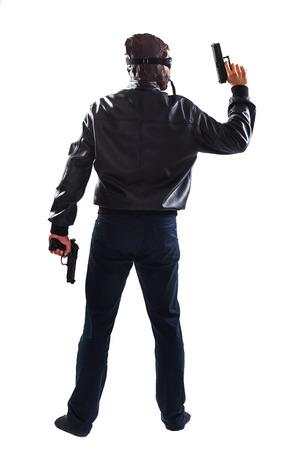 uomo alto: Pericoloso uomo alto che tiene due pistole nelle sue mani sta mettendo in pericolo le persone - isolati su bianco