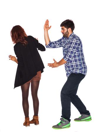 paliza: Joven y enojado marido est� golpeando a su esposa - la violencia dom�stica - aislados en blanco