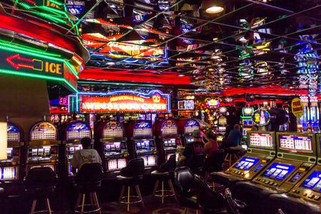 Las Vegas, NV, EE.UU. - 13 de julio 2013: La gente que juega juegos de máquinas tragaperras en el interior de Las Vegas Casino.