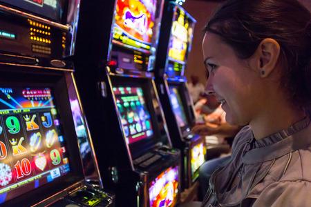 Las Vegas, NV, EE.UU. - 13 de julio 2013: Muchacha concentrada jugar las máquinas de ranura en el Quad Resort and Casino.