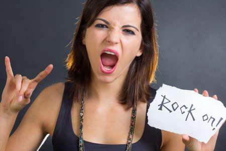 rocker girl: Morena chica rockero que muestra el signo de rock