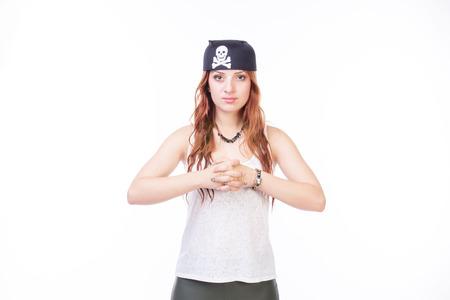mujer pirata: Retrato de una hermosa mujer pirata que hace que sus dedos cruzados - aislados en blanco.