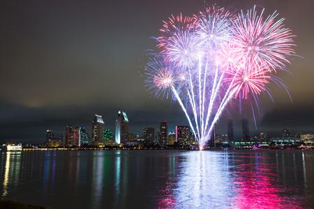 jul: San Diego el 4 de julio de fuegos artificiales m�s de horizonte. Captura de la noche larga exposici�n. Foto de archivo