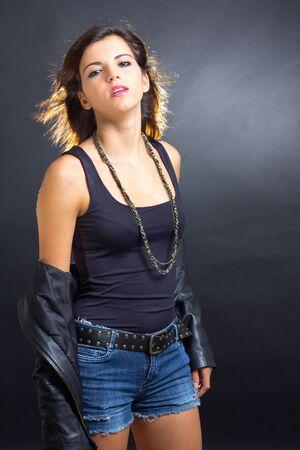 rocker girl: Mira de una chica rocker atractiva morena Foto de archivo