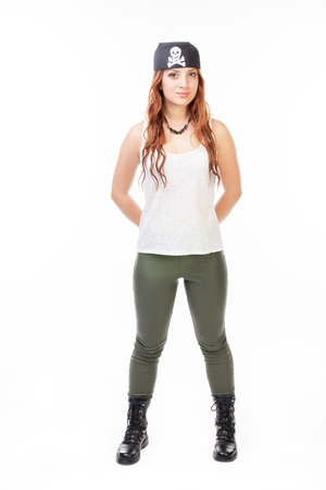 pirata mujer: Mujer joven pirata presenta en el estudio - aislados en blanco