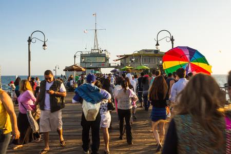 peer to peer: Los Ángeles, CA, EE.UU. - 6 julio 2013: Muchos turistas caminando en la famosa pares de Santa Mónica en un día soleado. Editorial