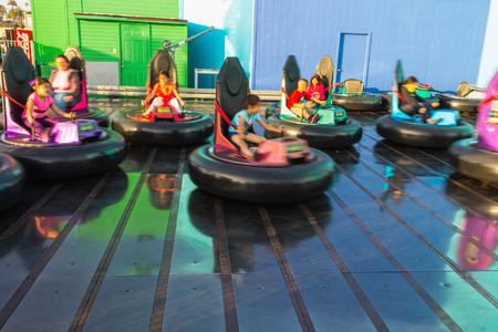 peer to peer: Los Ángeles, CA, EE.UU. - 6 julio 2013: Los niños que se divierten en los coches de choque en Pacific Park en Santa Mónica por pares. el movimiento borroso técnica.
