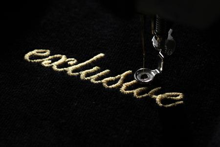 """자 수 기계 - 오른쪽에서 대각선 상위 뷰와 함께 검은 벨벳 직물에 """"독점""""금 레터링의 자 수"""