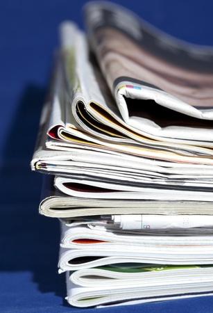 stoh časopisů izolovaných na modré Reklamní fotografie