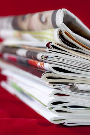 stoh časopisů izolovaných na červenou