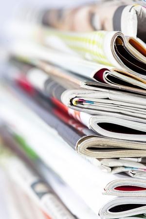stoh časopisů izolovaných na bílém