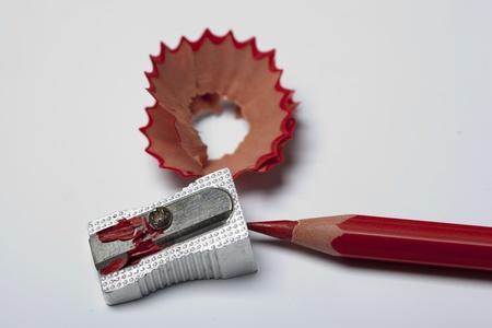 sacapuntas: Sacapuntas y lápiz rojo con virutas de madera