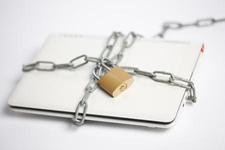 počítačové bezpečnosti s notebookem a řetězu Reklamní fotografie - 13248561