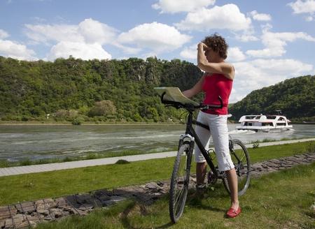 mujer mirando el horizonte: las mujeres mayores que miran con la bicicleta