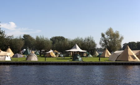 týpí stany na holandském kempování s modrou oblohou