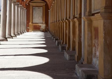 monasteri: La luce del sole attraverso gli archi di un corridoio in una chiesa Archivio Fotografico