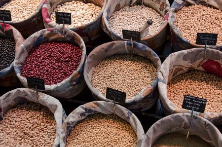 haricots crus sur un marché