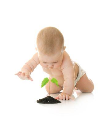 Kleine baby met groene plant geïsoleerd