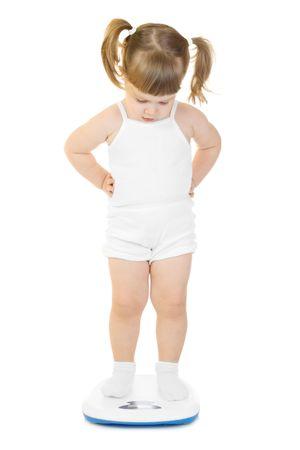 Funny meisje stand op schalen geïsoleerd  Stockfoto