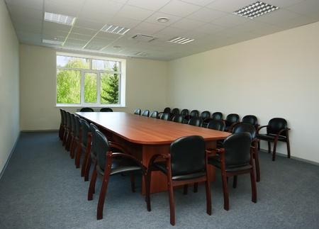 Binnenland van conferentiezaal met venster