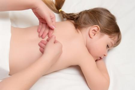 massage enfant: femme de massage � la petite fille