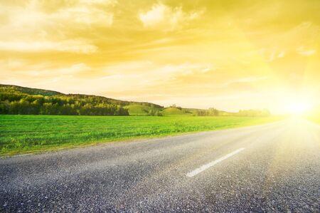 Asfalt landelijke weg naar zonsopgang Stockfoto