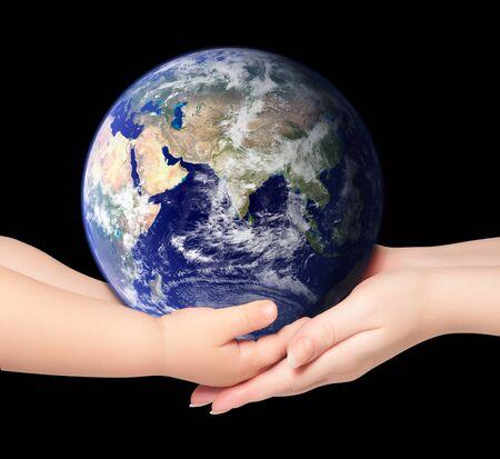 Kind en vrouw bezit earth globe op zwart