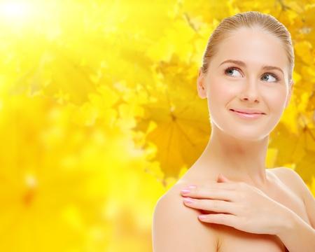Jonge vrouw op herfst achtergrond Stockfoto