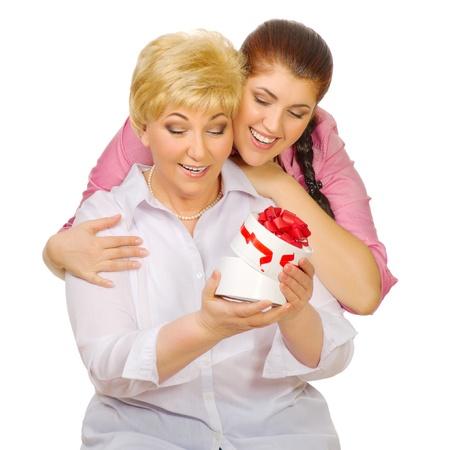 Senior en jonge vrouw met gift geïsoleerde