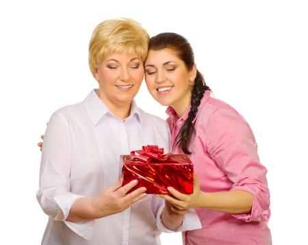 Dochter geeft cadeau aan haar moeder geïsoleerd Stockfoto
