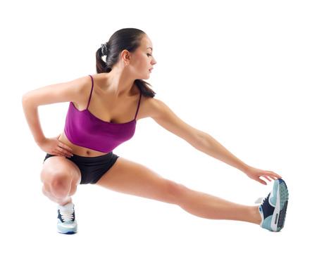 Jonge sportieve meisje doet gymnastische oefeningen geïsoleerd