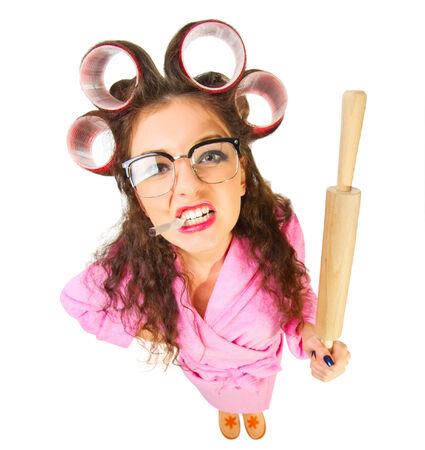 empleadas domesticas: Ama de casa divertida con el cigarrillo aislado Foto de archivo