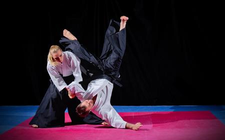 Zwei Kampfsportler auf schwarz