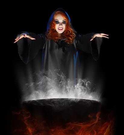 Jeune sorcière avec chaudron isolé Banque d'images - 32274770