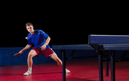 ping pong: Jugador de tenis de mesa aislada en negro Foto de archivo