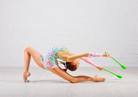 gymnastique: Jeune fille est engag� dans la gymnastique d'art