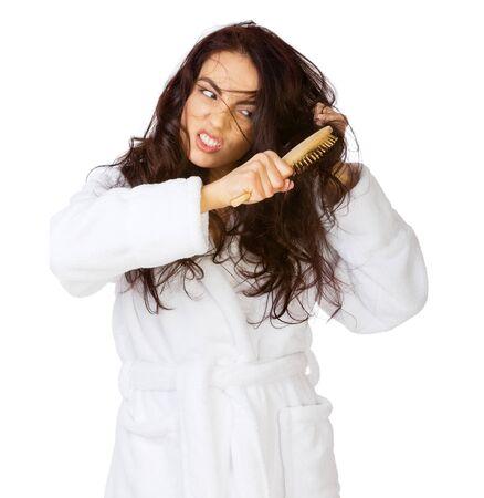 Contrarié fille avec des cheveux emmêlés isolé