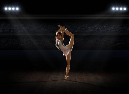 gymnastics: Mädchen engagierte Kunst Gymnastik in Turnhalle Lizenzfreie Bilder