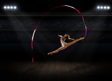 gymnastique: Fille art engag� de gymnastique � la salle de sport