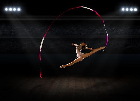gymnastik: M�dchen engagierte Kunst Gymnastik in Turnhalle Lizenzfreie Bilder