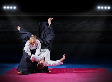 artes marciales: Lucha entre dos luchadores de aikido en el pabell�n de deportes