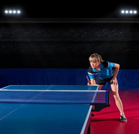 ping pong: Jugador joven de la muchacha de tenis de mesa en el pabellón de deportes