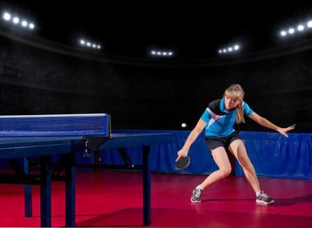 jugando tenis: Jugador joven de la muchacha de tenis de mesa en el pabellón de deportes