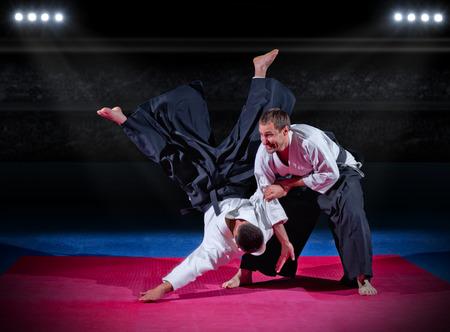 artes marciales: Dos luchadores de artes marciales en el pabell�n de deportes Foto de archivo