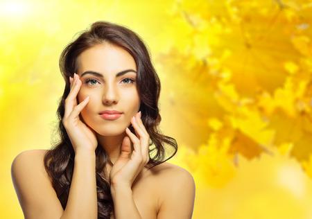mooie vrouwen: Jonge gezonde meisje op herfst achtergrond Stockfoto
