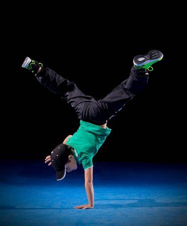 danseuse: Petite pause gar�on danseur sur fond noir