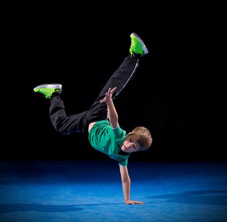 niño parado: Poco bailarín de la rotura del muchacho en negro Foto de archivo